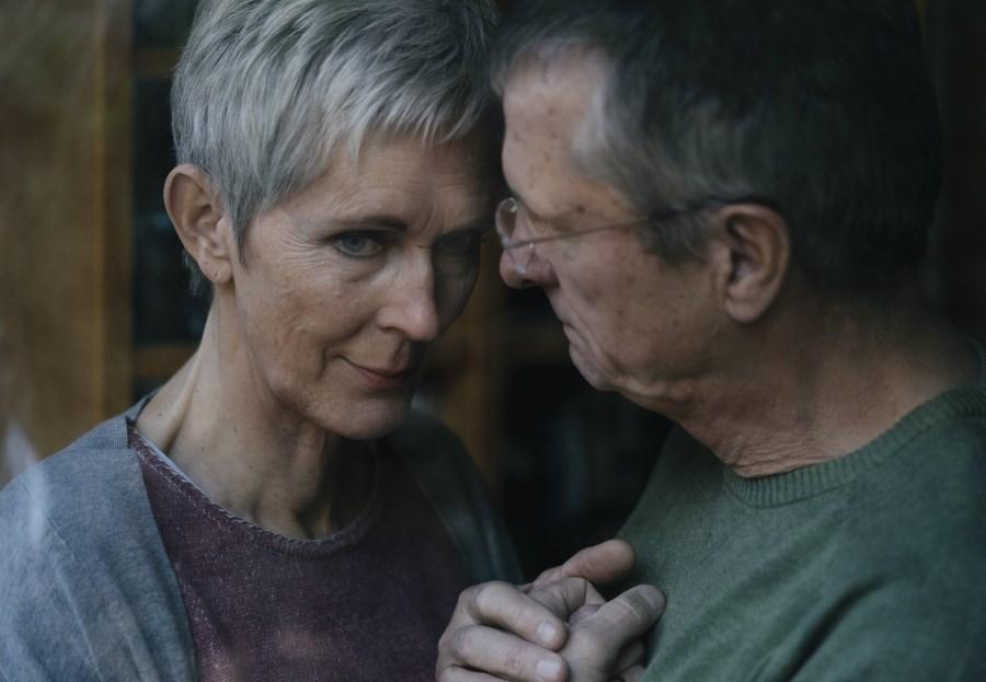 Ehemann tröstet trauernde Ehefrau