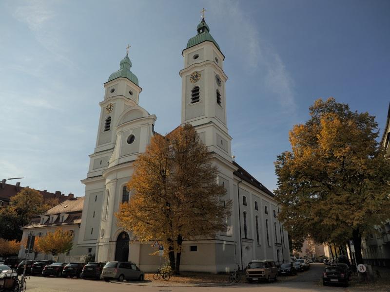 Kirche St. Franziskus im Herbst