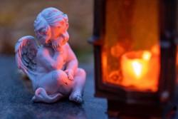 Engel vor Grablicht zu Allerheiligen
