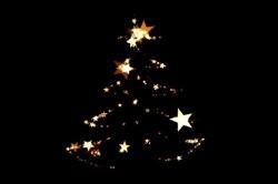 Weihnachtsbaum aus Sternen und Lichtern