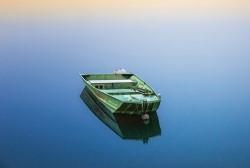 Boot allein auf dem Wasser