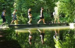 Kita-Team geht mit Abstand über eine Brücke