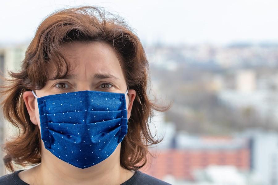 Frau mit Corona-Maske