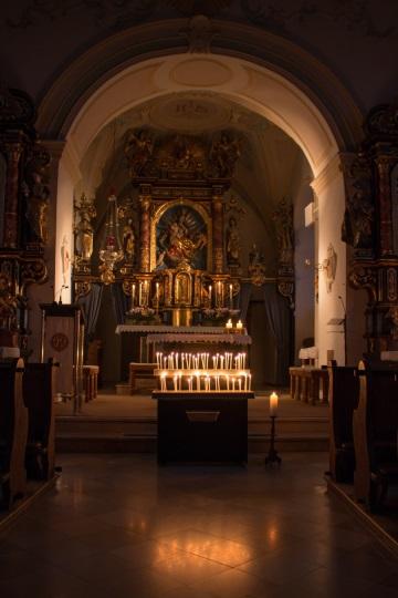 Kirchenraum im Kerzenlicht