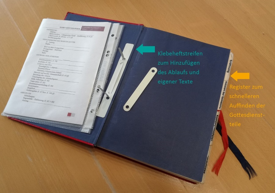 Offenes WGF-Werkbuch mit Klebeheftstreifen und Registern