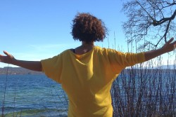 Betende Frau vor einem See