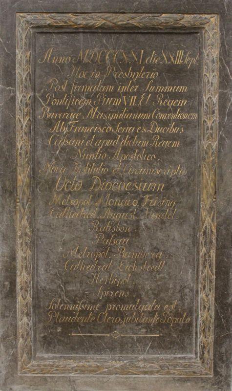 Gedenktafel, grauer Stein (Tegernseer Marmor?) mit vergoldeter Rahmung und Inschrift