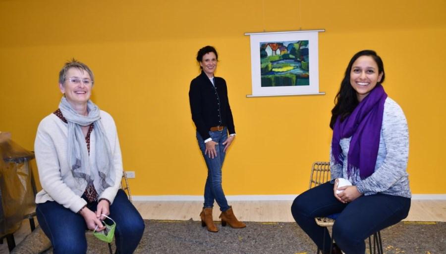 Über die frisch gestrichene Wand freuen sich Gabriele Störkle, Pia Klapos und Alejandra Ott (v.l.n.r.).