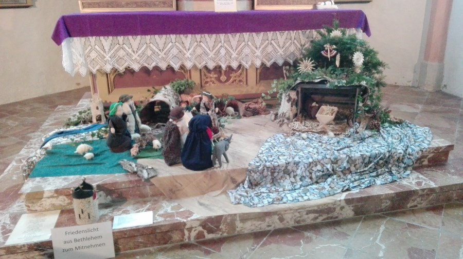 Krippe vor Altar