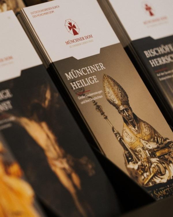 Broschüre im Münchner Dom