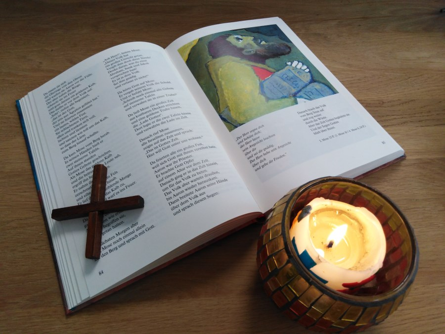 Kinderbibel mit Rundkerze