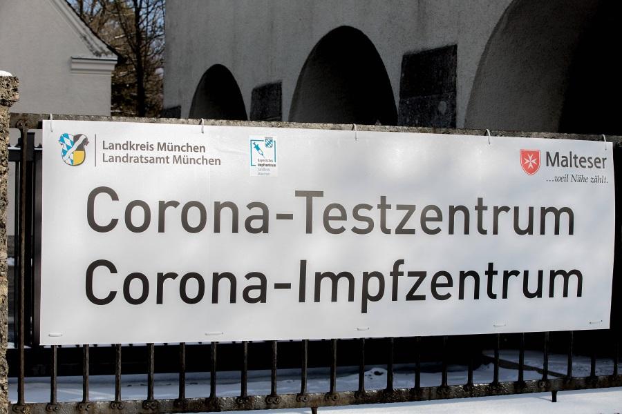 Banner am Eingang eines Corona Test- und Impfzentrums der Malteser im Landkreis München