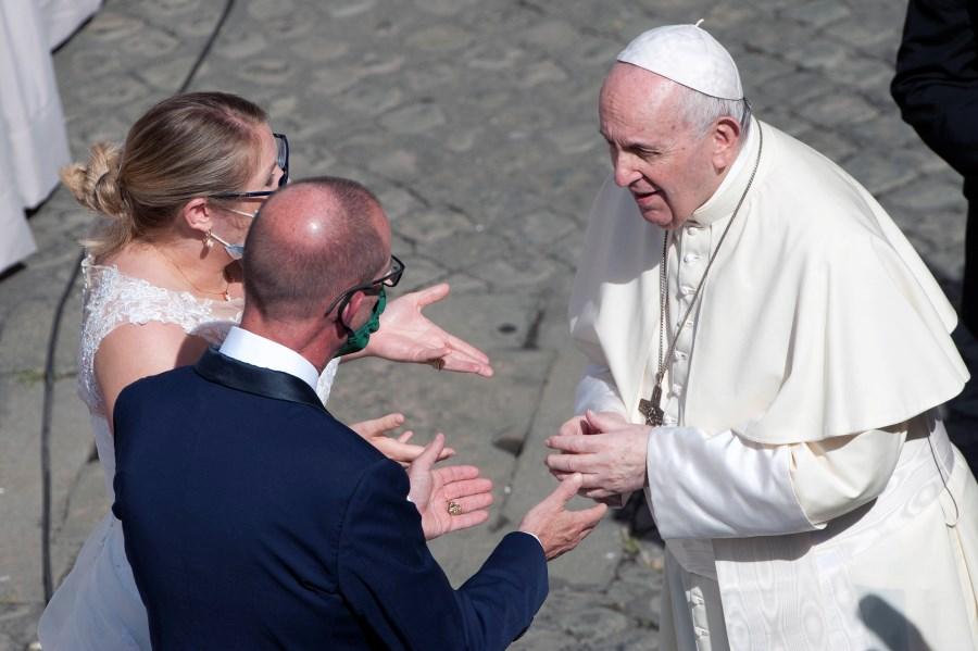 Hochzeitspaar mit Papst Franziskus