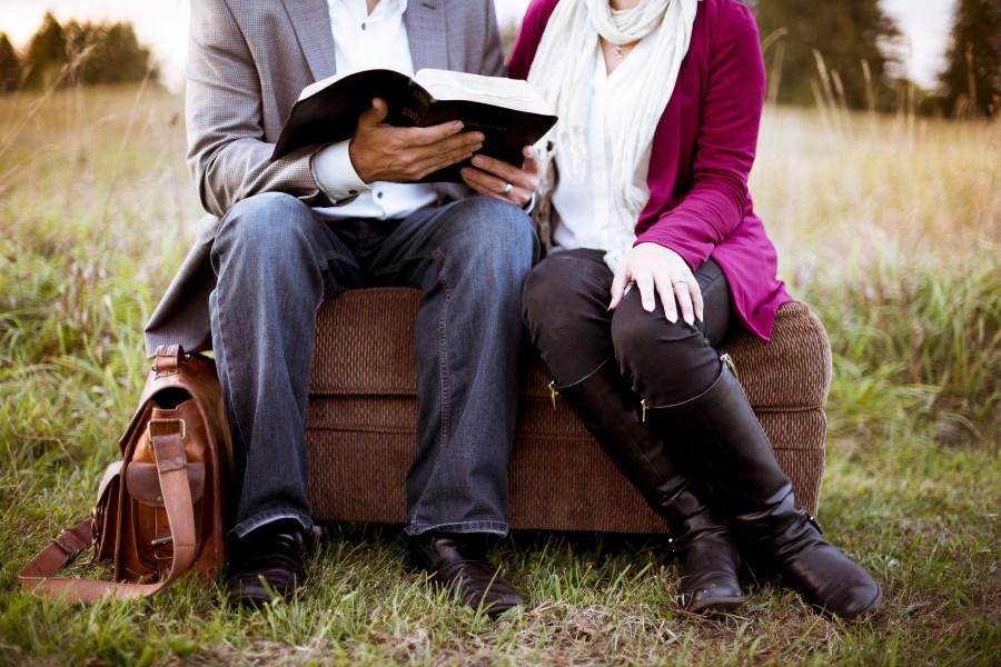 Zwei Personen lesen ein Buch