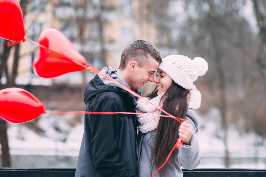 Paar mit Herzluftballons