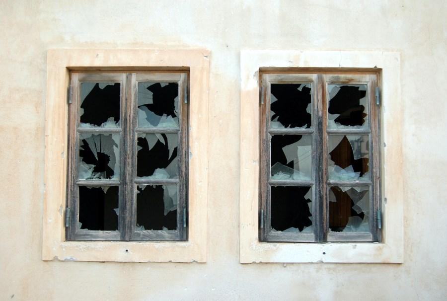 zwei Fenster mit zerbrochenen Scheiben