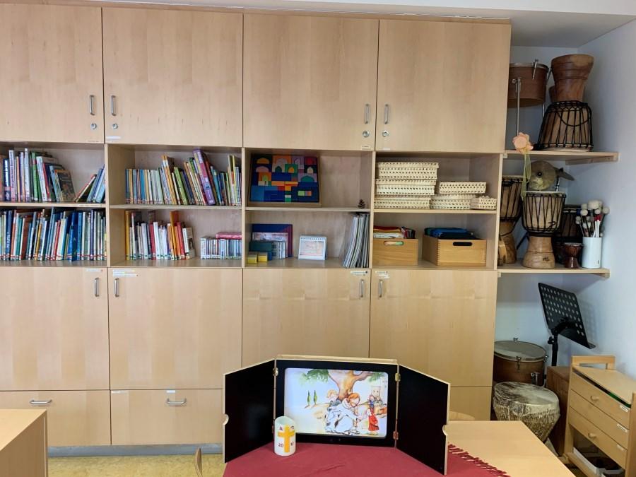 Bücherei und Musikinstrumente im Spielezimmer