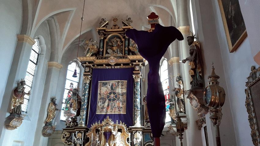 Verhülltes Vortragekreuz in den Kartagen im Altarraum Oberbergkirchen