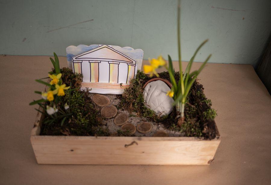 Ostergarten mit Tempel aus Papier