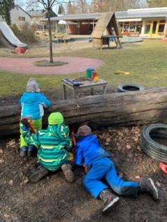 Kinder beim Graben mit Blick auf den Garten
