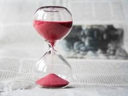 Zeit und Sanduhr