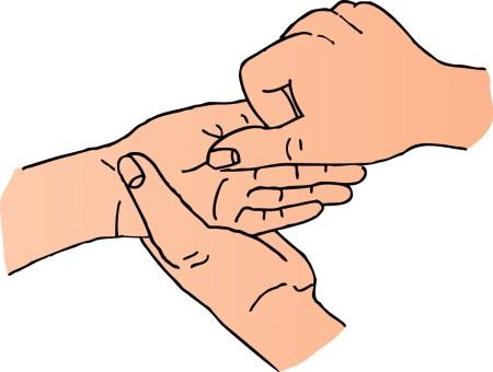 eine Hand zeichnet in ein weiteres Handepaar ein Kreuz