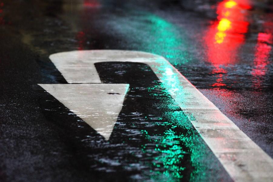 Wendepfeil auf nasser Straße