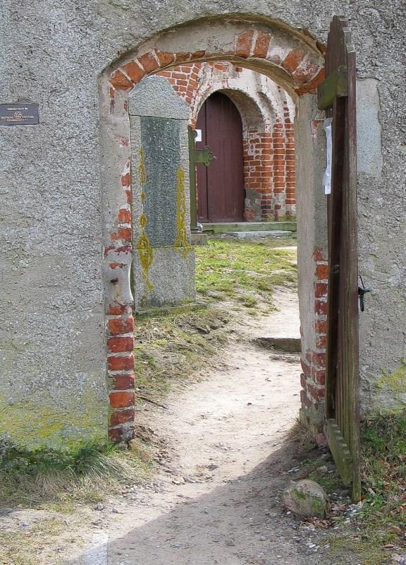 geöffnete Tür, die Blick in den Innenhof gewährt