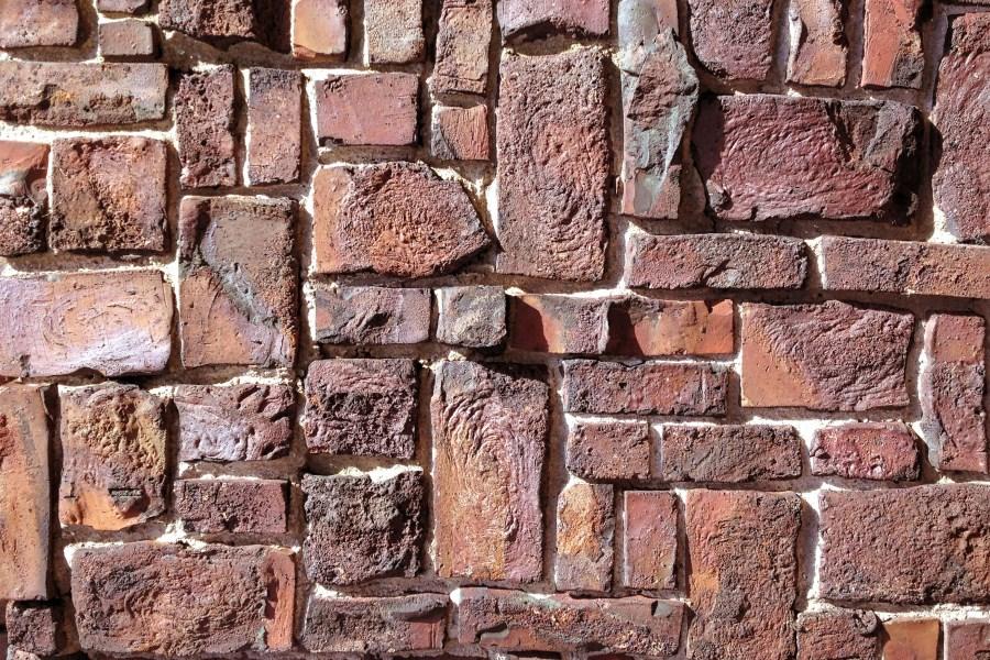 Ziegelwand aus verschieden großen und teilweise krummen Ziegelsteine