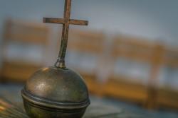 Kreuz über Taufbecken