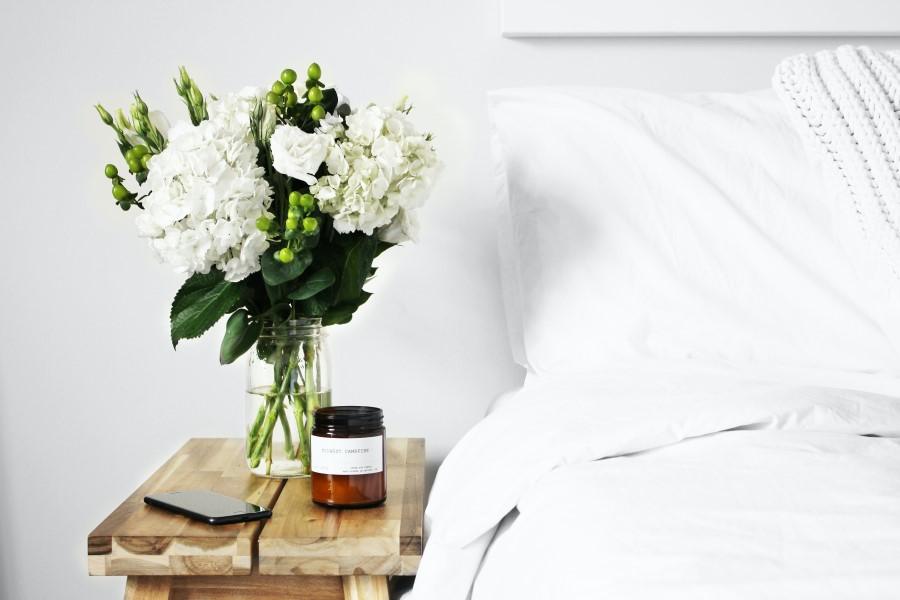 Bett mit Blumen und Medikamente