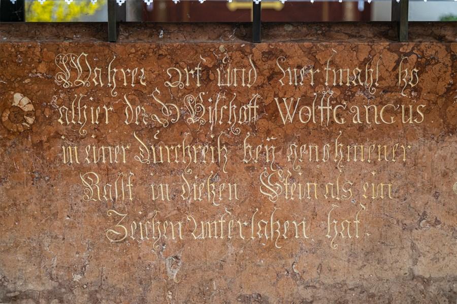 Inschrift auf der Vorderseite der Marmoreinfassung des Schlupfsteins