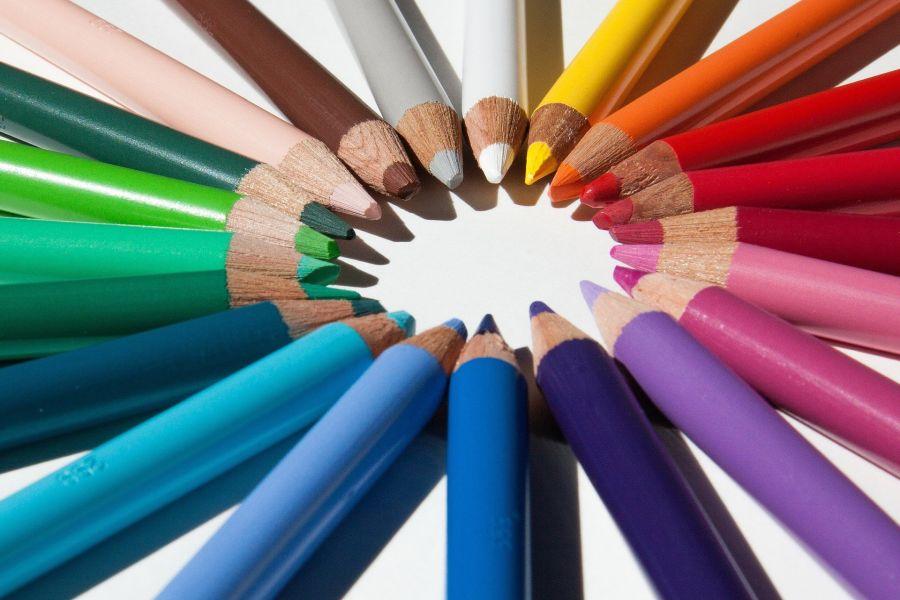 Bunte Farbstifte im Kreis