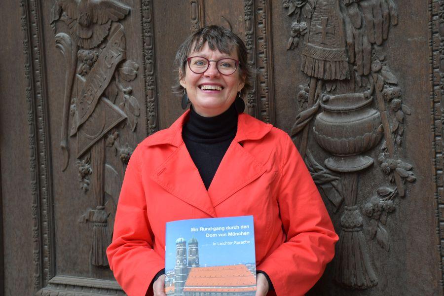 Sabine Leitl zeigt den Domführer in Leichter Sprache