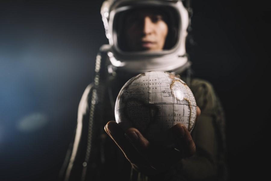 Junger Mann als Astronaut