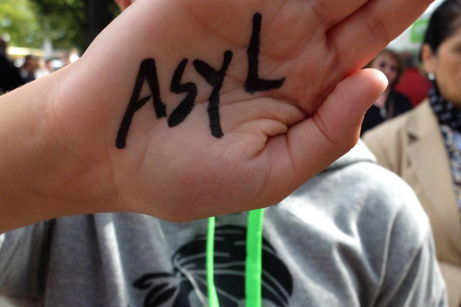 Kinderhand mit Aufschrift Asyl