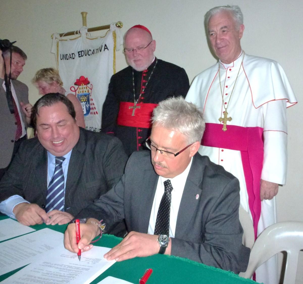 Max Loayza Navarrete unterzeichnet im Jahr 2012 zusammen mit Prof. Dr. Hans Tremmel den Freundschaftsvertraghat