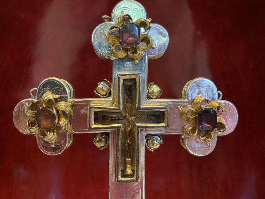 Das Foto zeigt ein Standkreuz. IM Kreuz ist eine Reliquie eingearbeitet, das HOlzsplitter des Kreuzes beinhaltet, an dem Jusus gestorben ist.