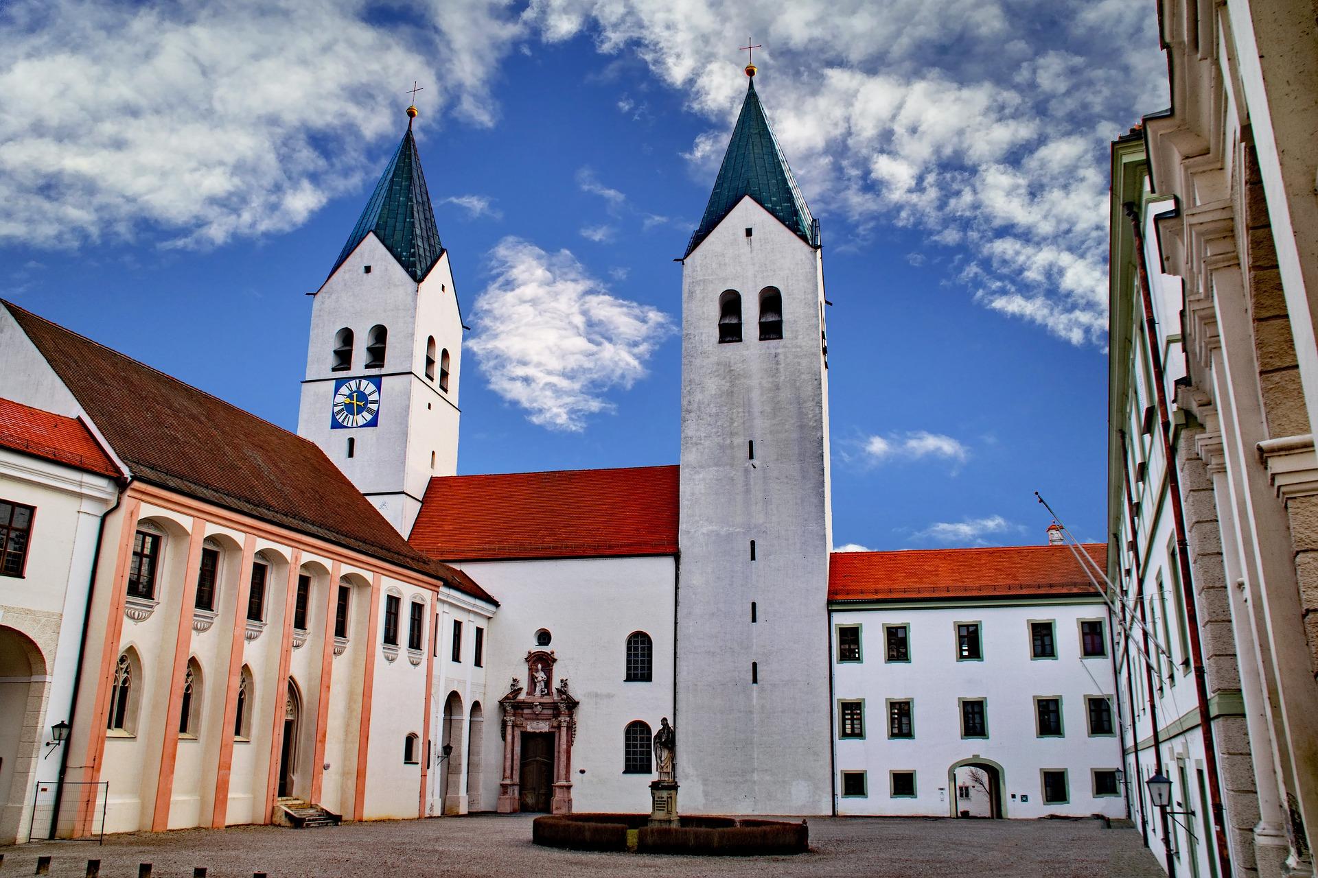 Auf dem Foto sieht man den Dom zu Freising.