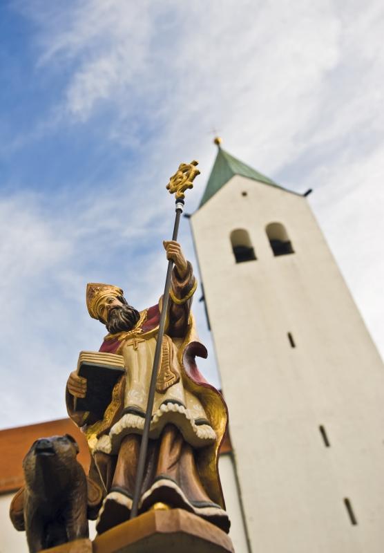 Auf dem Foto ist der Turm des Doms zu Freising zu sehen. Daneben sieht man die Statue des heiligen Korbinian
