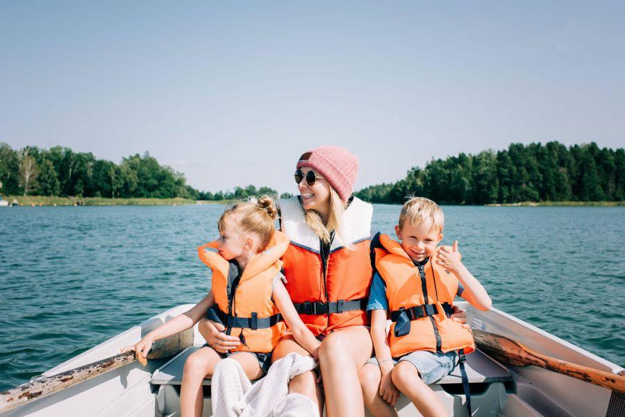 Mutter mit zwei Kindern in Boot