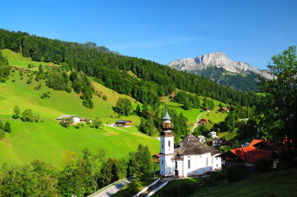 Wallfahrtskirche Maria Gern bei Berchtesgaden, im Hintergrund der Untersberg