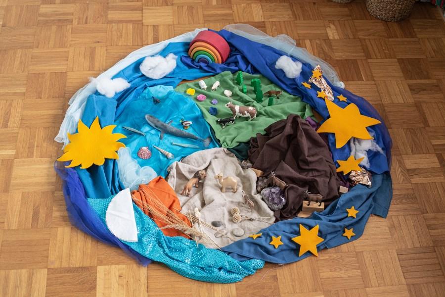 Bodenbild mit Tüchern und Legematerial gestaltet zum Psalm 104