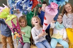 fröhliche Kinder mit Schultüten