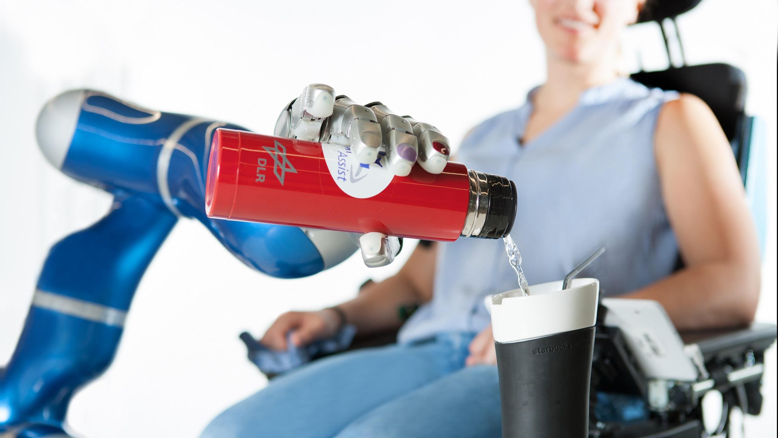 Der intelligente Greifarm EDAN kann mittels Muskelsignale Wasser in ein Glas einschenken.