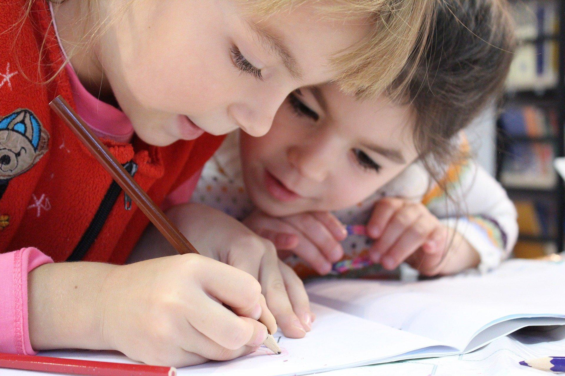 Schulkinder machen Hausaufgaben.