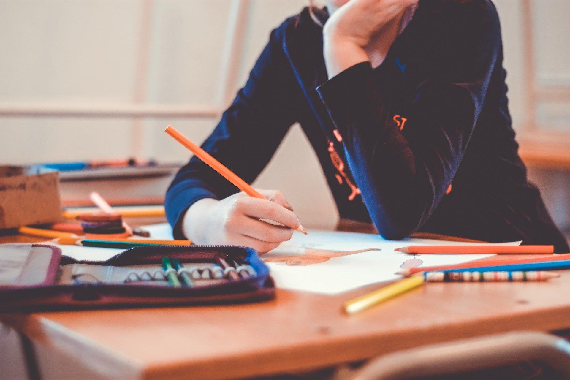 Eine Schülerin macht Hausaufgaben in der Schule.
