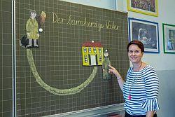 Religionslehrerin Cordula Bichler an der Tafel