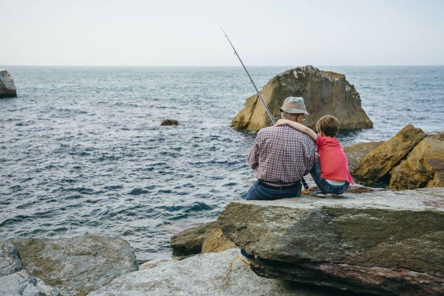 Großvater und Enkel angeln