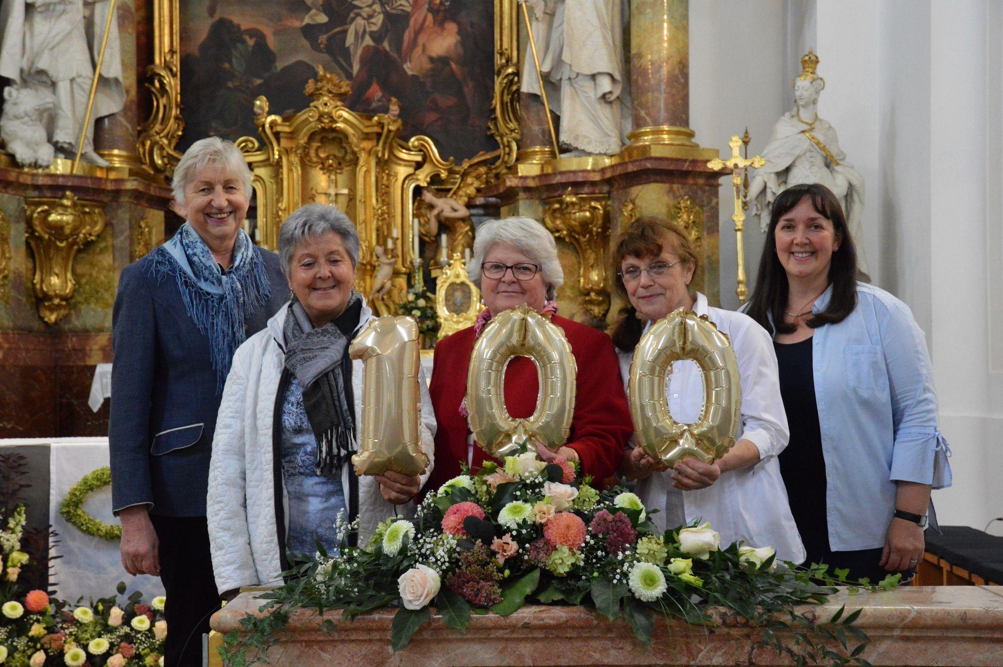 Vorstand des Vereins der Pfarrhaushälterinnen mit 100